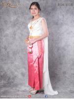 เช่าชุดไทย &#x2665 ชุดไทย ประยุกต์ เสื้อสไบจับจีบสีขาวออฟไวท์ ผ้าถุงยกหน้านาง สีชมพูไล่สี ชายพกด้านข้าง