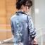 เสื้อเกาหลี พร้อมส่ง เสื้อเชิ้ต ผ้าซาติน ปักดอกไม้ด้านหลัง thumbnail 5