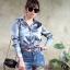 เสื้อเกาหลี พร้อมส่ง เสื้อเชิ้ต ผ้าซาติน ปักดอกไม้ด้านหลัง thumbnail 4