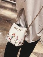กระเป๋าถือ/สะพาย กระเป๋าใส่ไอโฟน iPhone ปักลายดอกไม้ มือจับสีทอง และโซ่ทองสำหรับสะพายค่ะ