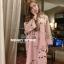 เดรสลายดอกสีชมพู ดาราใส่เยอะมากค่ะ ออกแนวมินิมอล เดรสตัวใหญ่ ใส่สบายๆ ใส่คลุมท้องได้ยันคลอดเลยค่ะ งานสวยมาก ทำจากผ้าชีฟองสีชมพู มีซับใน สกรีนลายดอกกุหลาบ ใส่น่ารักๆแบบคุณณิชา คุณเต้ยค่ะ thumbnail 3